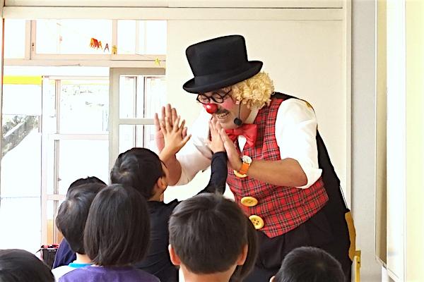 楽しく遊んだ幼稚園・保育園のみんなとお別れの時にハイタッチ♪