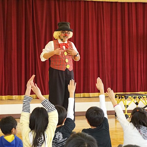 ウディキッズ子ども会でピエロのトントさんと元気な子ども達