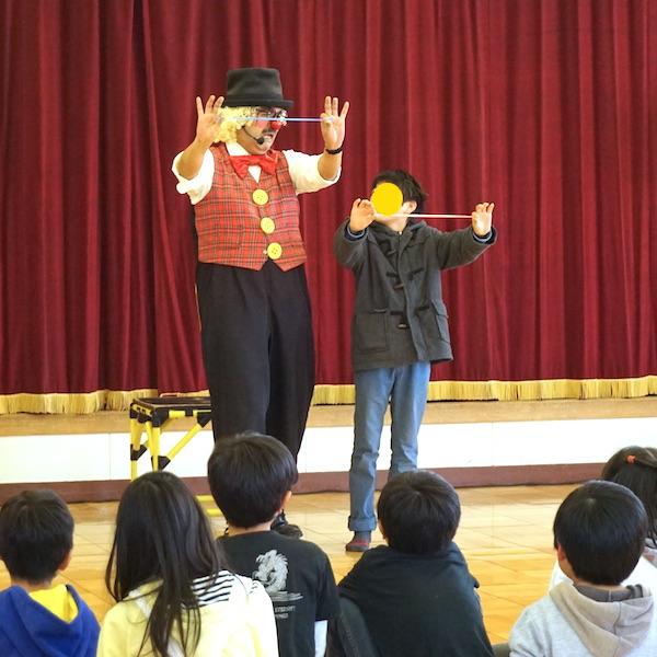 ピエロのトントさんと一緒にバルーンアートに挑戦する男の子