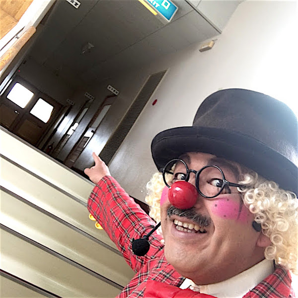 出番を階段で待つピエロのトントさん
