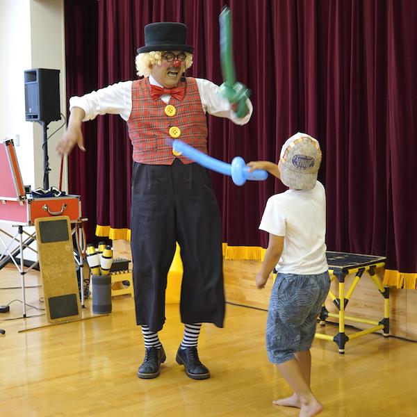 ピエロのトントさんがバルーンアートの剣で小学生とチャンバラ