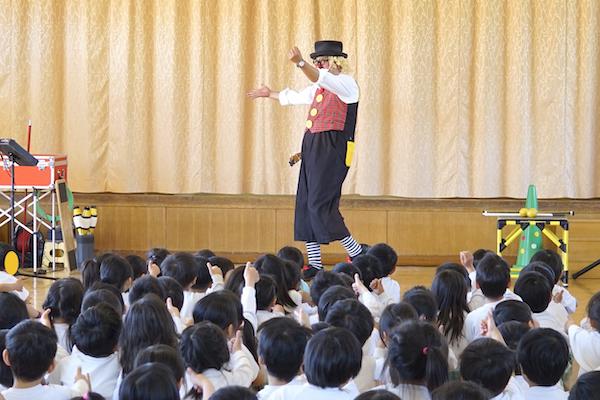 岩田こども園のお楽しみ会で出張イベント!ピエロとちびっこが大盛り上がり♪愛知県豊橋市