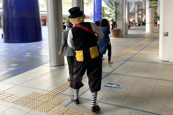 オアシス21でピエロがのんびりストリートパフォーマンス♪愛知県名古屋市