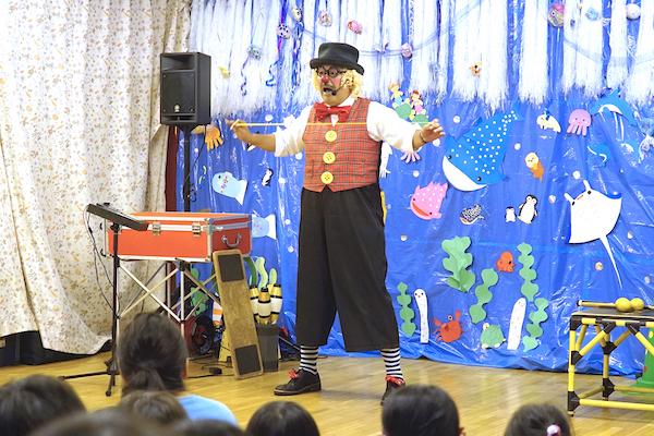 猪高保育園のお楽しみ会で出張公演!海をバックにピエロのコメディショー♪愛知県名古屋市